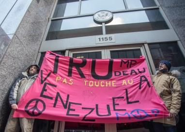 La manifestation contre le coup d'État au Venezuela et pro-Nicolas Maduro, actuel président, s'arrête devant le consulat américain.