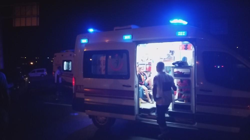 İki otomobil kavşakta çarpıştı: 1 yaralı