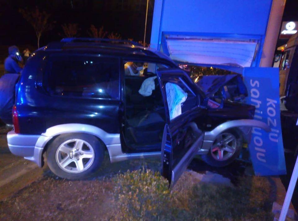 Kontrolden çıkan araç benzinlik girişindeki tabelaya çarptı; 1 yaralı