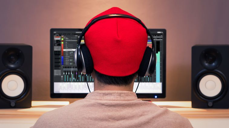 Person with headphones using Software included with H4nPro
