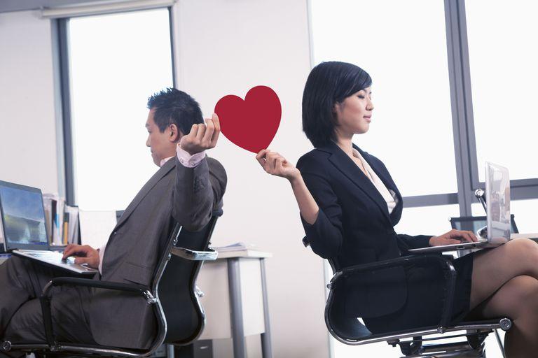 parejas en la oficina