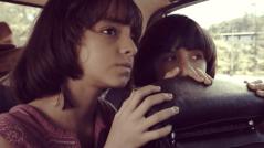 Inspirada en su propia vida, Laura Astorga plasma la realidad de los años 80. Después de criarse en medio de la revolución sandinista en Nicaragua, Claudia y su hermana Antonia regresan a Costa Rica. Sin saber la similitud que tienen sus fantasías con la vida de sus padres, Claudia juega a ser líder de un movimiento secreto.