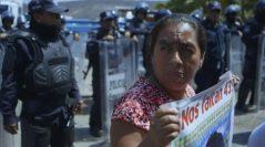 La desaparición de 43 normalistas a manos de policías provocó un movimiento social histórico en México. Dos años después, el gobierno cierra la investigación internacional bajo circunstancias sospechosas. La teoría de que los estudiantes fueron quemados en un basurero es plausible, las familias siguen buscando a sus hijos en una lucha por la verdad.