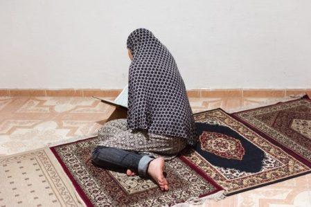 Mujer rezando en la Mezquita de Aragon