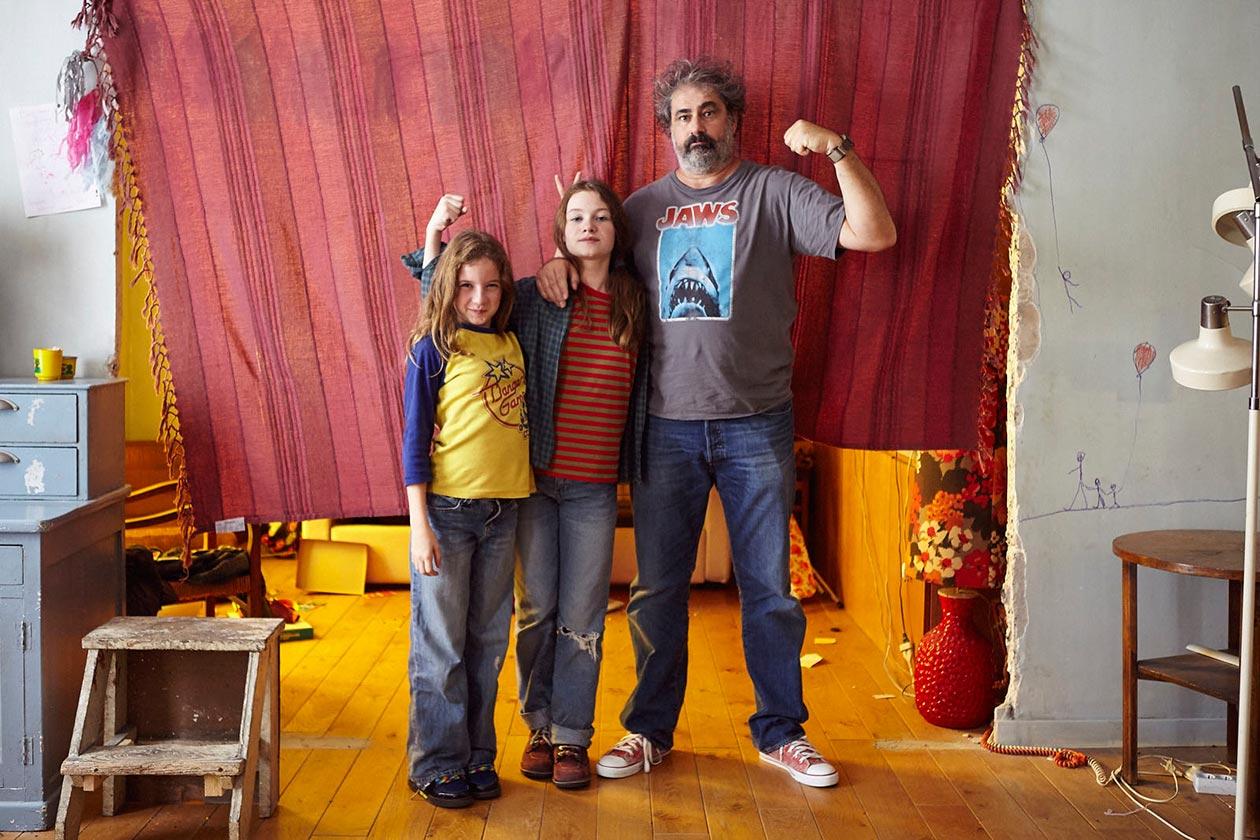 Denis Patar es un padre cariñoso, pero con exceso de trabajo, que lucha sólo para sacar adelante a sus hijas, Janis de 13 años y Mercredi de 9 años. Una noche olvida recoger a una de sus hijas en la escuela y una trabajadora social se da a la tarea de investigar el funcionamiento de la familia Patar.