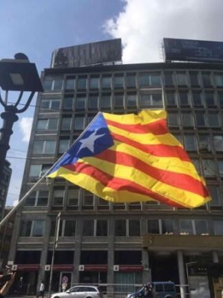 catalunya4-324x432 Indipendenza catalana a Milano, fiocchi gialli in piazza 25 aprile Costume e Società Curiosità