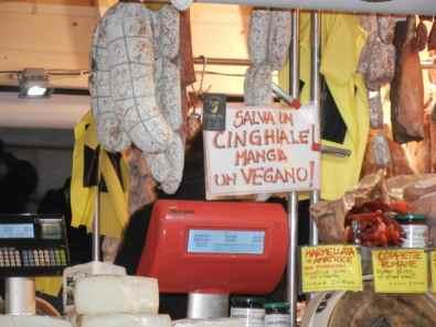 DSCN10621 - Manifestazione vegan e risposta di un commerciante dei mercatini di Natale  - Ambiente Costume e Società Fiere e mercati