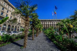 Milano-Piazza-Duomo-palme-starbucks-324x216 - Palme in Piazza Duomo  - Costume e Società Curiosità