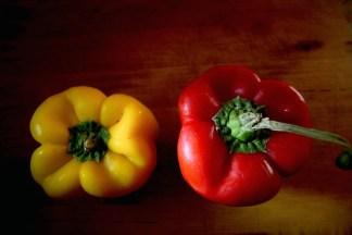 peperoni-giallo-e-rosso-324x216 Lo strano caso dei Peperoni rossi e del peperoni gialli. Costume e Società