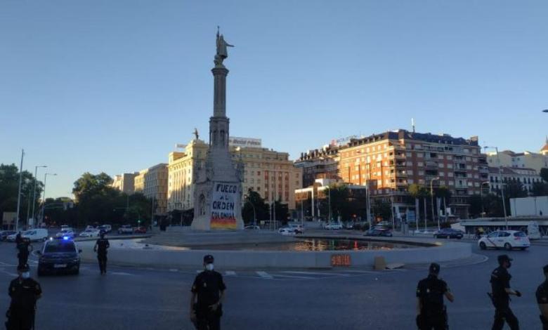 colocan-una-pancarta-de-«fuego-al-orden-colonial»-en-la-estatua-de-colon
