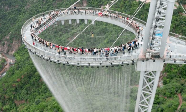 un-mirador-de-cristal,-cascadas-y-2.000-luces-a-500-metros-de-altura:-asi-es-el-huangtengxia-tianmen-sky-walk