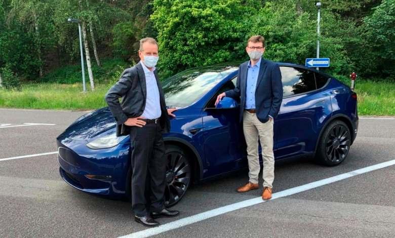 """herbert-diess-prueba-el-model-y:-""""un-coche-electrico-de-referencia-para-volkswagen"""""""