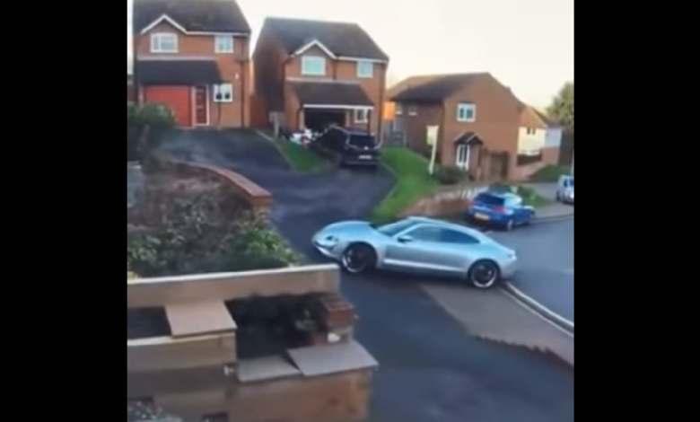 aparatoso-accidente-de-un-porsche-taycan-turbo-s-electrico-mientras-intentaba-aparcar