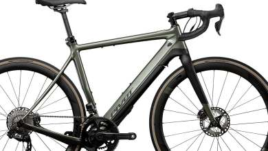 e-vault:-la-bicicleta-electrica-de-gravel-de-pivot-recurre-intensamente-a-la-fibra-de-carbono