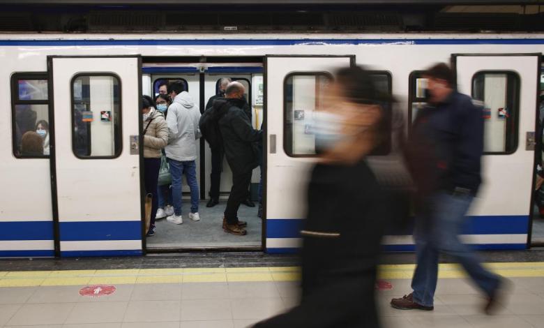los-trenes-de-metro-vuelven-a-efectuar-parada-en-la-estacion-de-sol-tras-dos-horas-cerrada-para-controlar-el-aforo