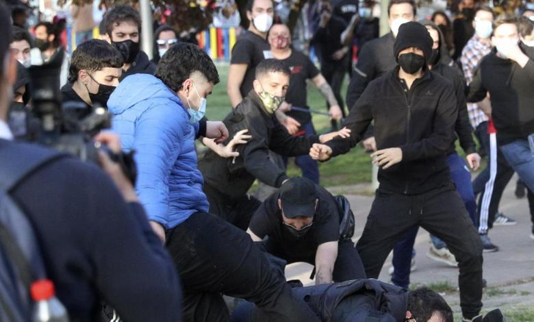 directo-|-tension,-lanzamiento-de-piedras,-cargas-policiales-y-al-menos-14-heridos-en-el-acto-de-vox-en-vallecas
