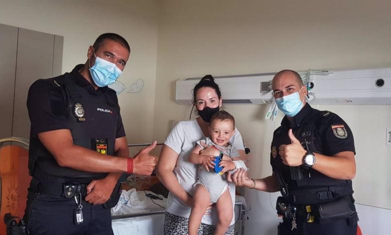 dos-policias-salvan-a-un-bebe-que-no-se-movia-ni-podia-respirar-en-un-parque-de-madrid