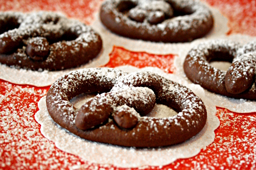 chocolate-pretzels-sprinking-with-confectioners-sugar