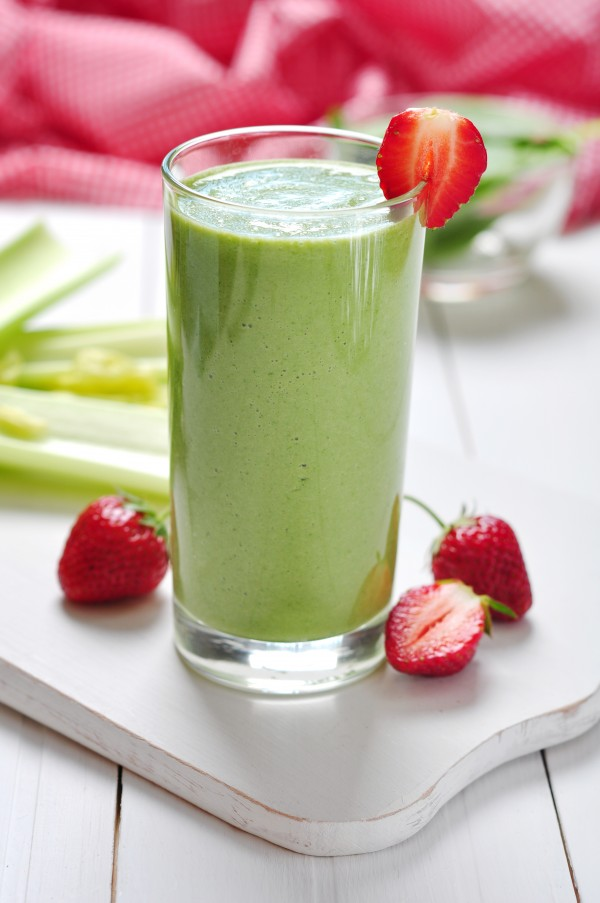 avocado-berries-and-vegetables-smoothie-600x903