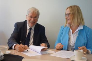 Jac de Bruijn (Raad van Bestuur Prisma) en Gerty Lensvelt-Mulders (rector Universiteit voor Humanistiek) ondertekenen het convenant.