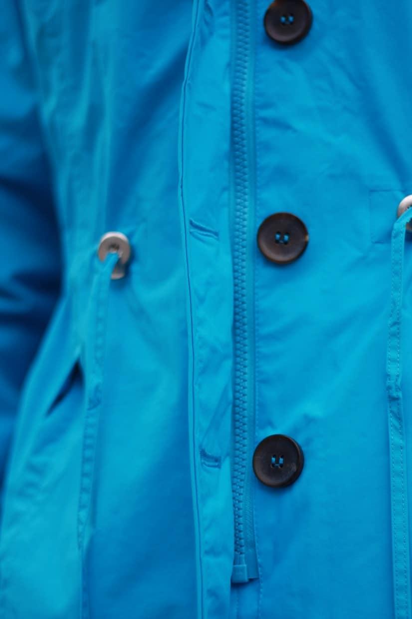 blauwe regenjas