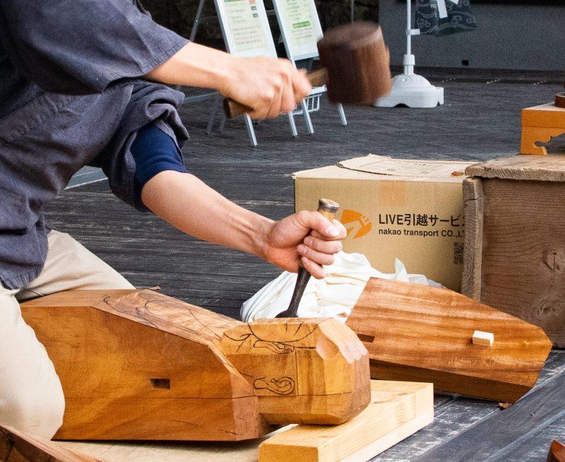 荒彫り中の仏師の手