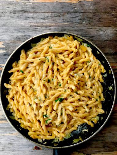 Zdjęcie - Delikatny makaron z sosem serowym - Przepisy kulinarne ze zdjęciami