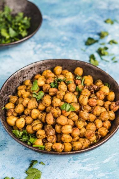 Zdjęcie - Prażona ciecierzyca po indyjsku – zdrowy zamiennik chipsów - Przepisy kulinarne ze zdjęciami