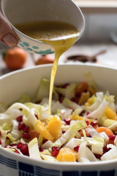 Zdjęcie - Zimowa surówka z cykorii - Przepisy kulinarne ze zdjęciami