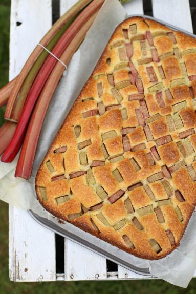 Zdjęcie - Proste ciasto z rabarbarem - Przepisy kulinarne ze zdjęciami