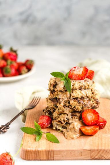 Zdjęcie - Paleo placuszki migdałowe z truskawkami (wegańskie, bezglutenowe, keto, bez mąki, bez cukru) - Przepisy kulinarne ze zdjęciami