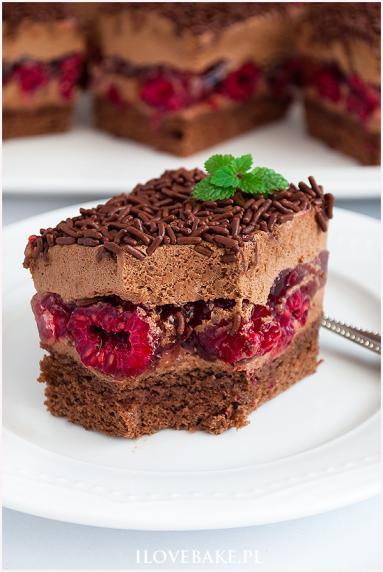 Zdjęcie - Ciasto tortowe z malinami i kremem - Przepisy kulinarne ze zdjęciami