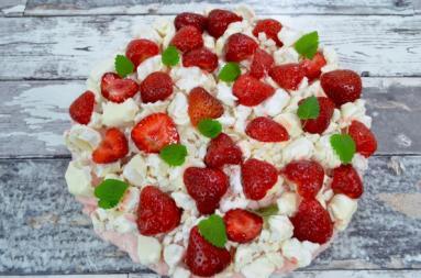 Zdjęcie - Ciasto truskawkowe z bezami bez pieczenia + film - Smakowite Dania - Przepisy kulinarne ze zdjęciami