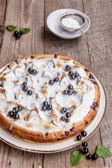 Zdjęcie - Kruche ciasto z owocami z lekkim kremem i bezą - Przepisy kulinarne ze zdjęciami