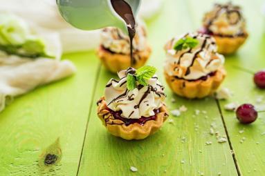 Zdjęcie - Kruche babeczki z wiśniami, bezą i polewą czekoladową z nutą dyni - Przepisy kulinarne ze zdjęciami