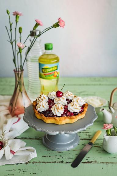 Zdjęcie - Kruche ciasto z czereśniami i włoską bezą - Przepisy kulinarne ze zdjęciami