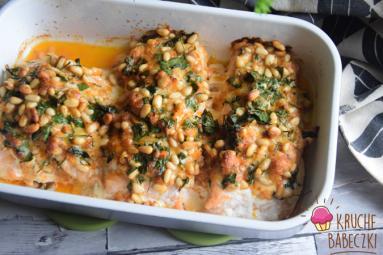 Zdjęcie - Łosoś pod kołderką z orzeszków pini, natki pietruszki i mozzarelli - Przepisy kulinarne ze zdjęciami