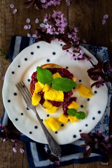 Zdjęcie - Kokosowe pancakes z musem malinowym i mango - Przepisy kulinarne ze zdjęciami