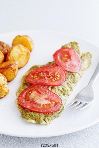 Zdjęcie - Filet z dorsza pieczony z pesto i pomidorami - Przepisy kulinarne ze zdjęciami