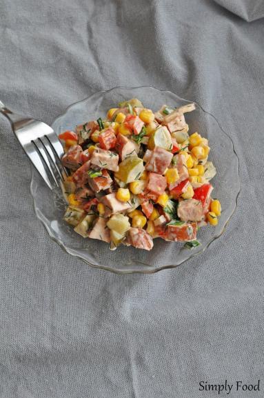 Zdjęcie - Sałatka z kiełbasą - Przepisy kulinarne ze zdjęciami