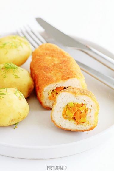 Zdjęcie - Roladki z piersi kurczaka faszerowane duszonym porem i marchewką - Przepisy kulinarne ze zdjęciami