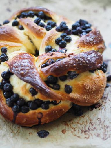 Zdjęcie - Drożdżowy wieniec z borówkami amerykańskimi. Śniadanie z uważnością - Przepisy kulinarne ze zdjęciami