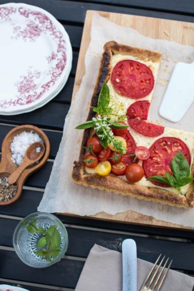 Zdjęcie - Serowa tarta z pomidorami - Przepisy kulinarne ze zdjęciami