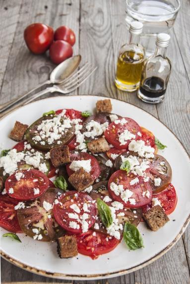 Zdjęcie - Prosta sałatka z pomidorów - Przepisy kulinarne ze zdjęciami