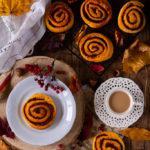 Zdjęcie - Dyniowe ślimaczki z cynamonem i polewą z serka Philadelphia - Przepisy kulinarne ze zdjęciami
