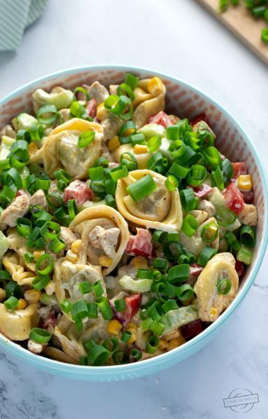 Zdjęcie - Sałatka z tortellini i kurczakiem - Przepisy kulinarne ze zdjęciami