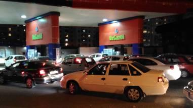 Kolejka na stacji benzynowej (po kilkanaście aut) - Uzbekistan