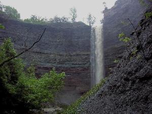Укіс у Гамільтоні, Онтаріо (Канада) являє собою осадову формацію висотою в багато метрів. Це частина Ніагарського укосу, що тягнеться на сотні миль