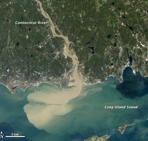 Аерознімок з Нової Англії, який показує впадіння повеневої річки в океан. Вода коричнева через наявність осаду