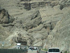 Високі осадові формації на Середньому Заході США, через які прокладено шоссе